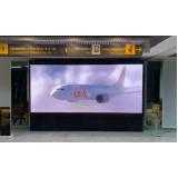 painel totem de led em aeroporto